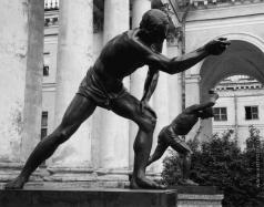 Логановский А. В. Парень, играющий в свайку (на заднем плане)